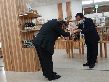 鳥取県から砂丘会館へ木製盾を贈呈